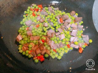 豌豆炒牛肉粒,冷锅下油,放入牛肉翻炒,再加入姜蒜红椒,倒入焯好水的豌豆,加入盐,鸡精,生抽,料酒炒匀后盛出即可
