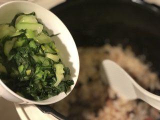 酱肉菜饭,青菜起锅加入米饭中