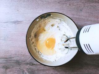 简单易学的法式苹果塔,然后加入鸡蛋继续打拌匀