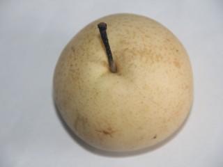 冰糖雪梨百合枸杞汤,先准备一个梨