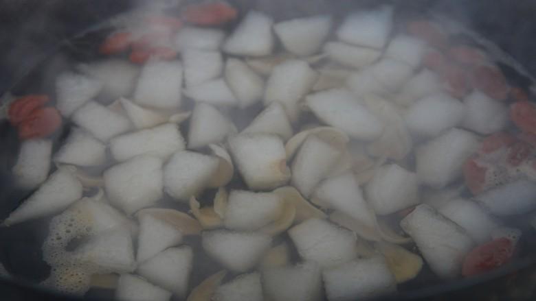 冰糖雪梨百合枸杞汤,白糖化开即可关火
