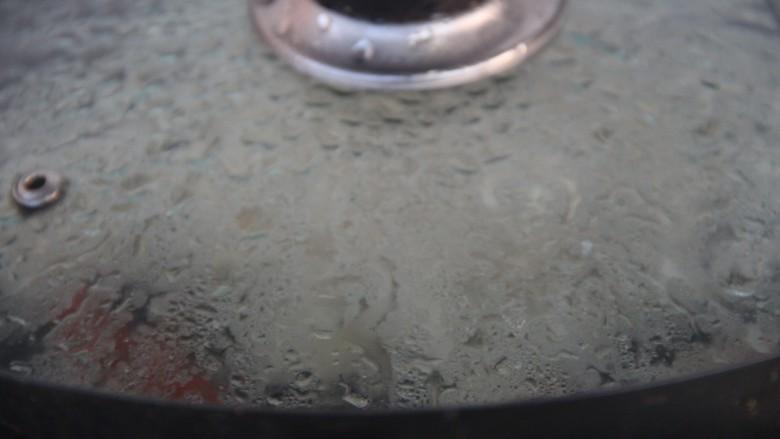 冰糖雪梨百合枸杞汤,盖盖子转小火煮15分钟