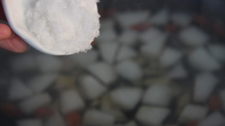 冰糖雪梨百合枸杞汤,然后加入白糖