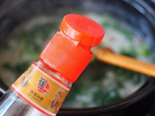生滚菠菜猪肝羹,加入适量盐、胡椒粉和味精调味、最后淋上芝麻油即可