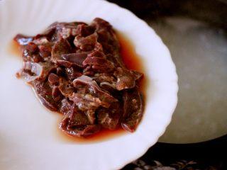 生滚菠菜猪肝羹,加入切薄片的猪肝
