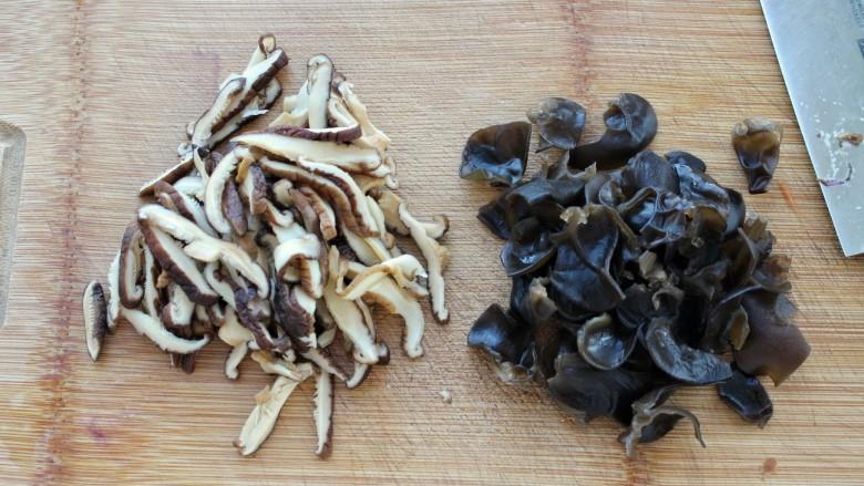 家常炒米粉,香菇和木耳提前泡发,香菇切片,木耳撕成小片