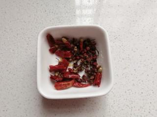 孜然干煸藕条,准备适量干红辣椒,花椒备用;(重口味的可适量加量)