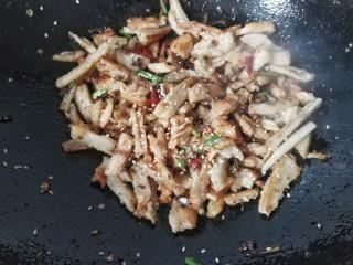 孜然干煸藕条,最后撒适量熟白芝麻,起锅装盘;