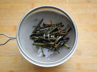 葱油拌面 每个人的心中都有一碗葱油面 经典又快手,用一滤网把葱油滤出来备用,葱段也先不要扔掉。