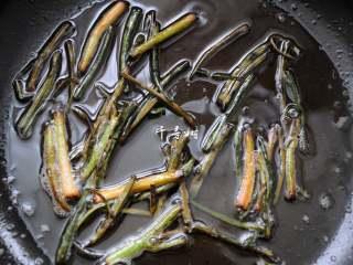 葱油拌面 每个人的心中都有一碗葱油面 经典又快手,一直炸到香葱段出现焦黄色,用筷子拨动起来非常的轻,这时候就可以关火了。