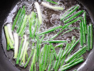 葱油拌面 每个人的心中都有一碗葱油面 经典又快手,随着油温的上升,香葱中的水分被不断的炸出来,香味也开始飘出。