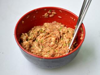 青椒酿肉,调入生抽、香醋、料酒、盐、淀粉搅拌至上劲