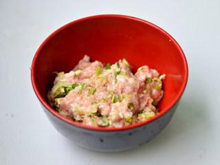 青椒酿肉,放入碗中,加入葱姜蒜
