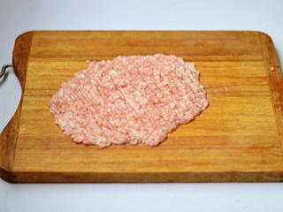 青椒酿肉,猪肉洗净剁成肉泥
