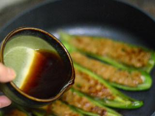 青椒酿肉,用少许生抽、淀粉、白糖、水调成酱汁倒入