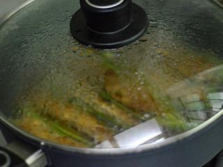 青椒酿肉,盖上盖子,转小火闷一会