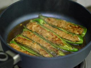 青椒酿肉,用大火煮开