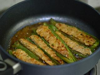 青椒酿肉,汤汁浓稠即可关火