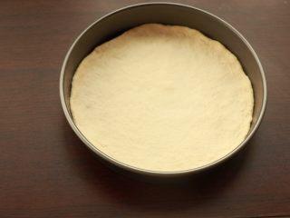 萨拉米培根玉米披萨,将面团放入模具中,用手整理成圆