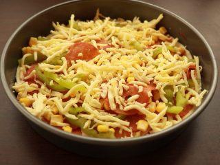 萨拉米培根玉米披萨,在铺一层马苏里拉芝士,入烤箱中层,200度15分钟