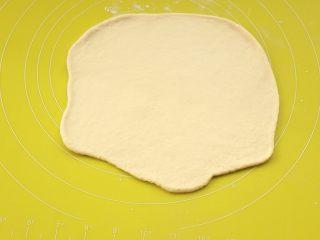 萨拉米培根玉米披萨,依次擀开