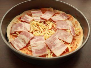 萨拉米培根玉米披萨,铺培根