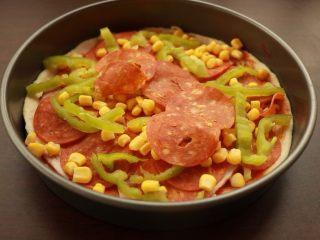 萨拉米培根玉米披萨,撒玉米和青椒