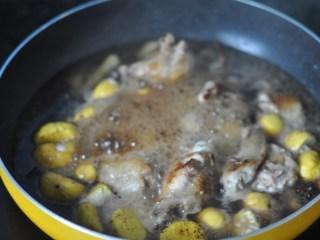 板栗烧鸡翅,加水与食物持平,烧开后盖上盖子,转小火慢慢焖煮