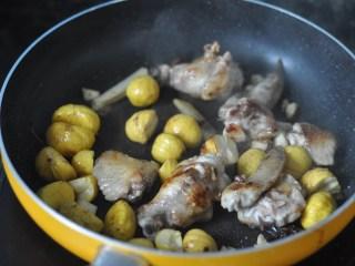 板栗烧鸡翅,待糖融化以后,放入栗子,把食材翻炒均匀