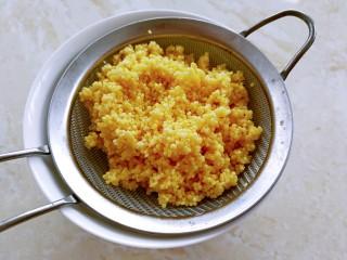 小米的另类吃法~小米豆腐虾仁丸,小米沥干水分