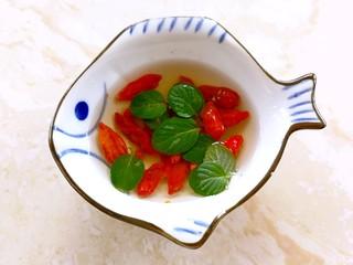 小米的另类吃法~小米豆腐虾仁丸,枸杞和薄荷叶洗干净