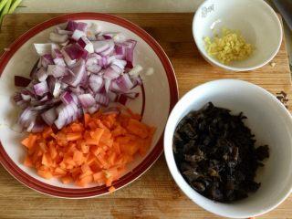 家常美味➕粒粒香蒜苔炒肉末,洋葱胡萝卜分别切粒,姜切姜末,木耳切碎