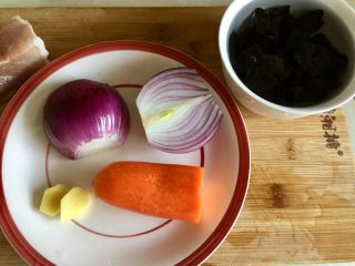 家常美味➕粒粒香蒜苔炒肉末,腌肉时准备其他蔬菜:洋葱剥去外皮清洗,胡萝卜削皮洗净,姜去皮清洗,泡发好的木耳揉搓洗净