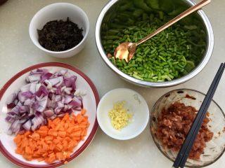 家常美味➕粒粒香蒜苔炒肉末,蒜苔切小粒备用,全部食材准备好
