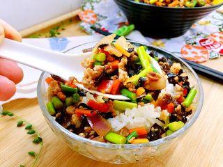 家常美味➕粒粒香蒜苔炒肉末,虽是一碗菜,可是做法简单,材料丰富,用黄豆酱调味,酱香味鲜,蒜苔脆,肉末香,还有洋葱木耳胡萝卜,营养又美味,快来试试吧