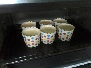 奥利奥向日葵纸杯蛋糕,烤箱预热160度,把纸杯震一下,震出大气泡,放入烤箱中层,烤35分钟。请根据自家烤箱的脾气调整时间和温度。