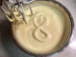 """奥利奥向日葵纸杯蛋糕,把鸡蛋液用电动打蛋器打发,打至提起打蛋头画一个""""8""""字,""""8""""字四秒后不消失即可。"""