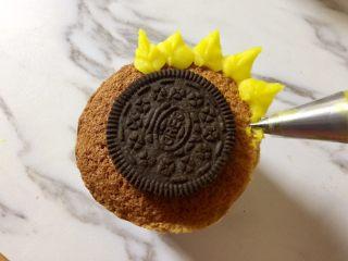 奥利奥向日葵纸杯蛋糕,如图,用352裱花嘴先在蛋糕面外围挤上一圈花瓣。