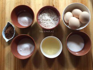 可可戚风蛋糕(八寸),准备所需材料:鸡蛋5个、低筋面粉77g、可可粉8g、玉米油40g、细砂糖90g、纯牛奶40g