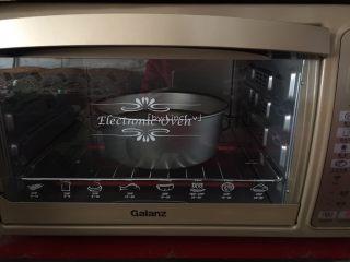 可可戚风蛋糕(八寸),送入提前预热好的烤箱下层,上下火,160度烘烤约55分钟(时间与温度只供参考)
