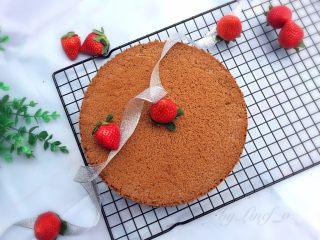 可可戚风蛋糕(八寸),彻底放凉后再脱模即可,完成。