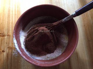 可可戚风蛋糕(八寸),同样过筛加入可可粉