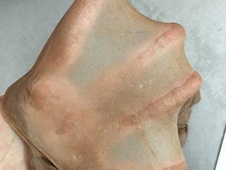 网红脏脏包,加入软化的黄油,继续将面团揉至可拉出结实的薄膜。