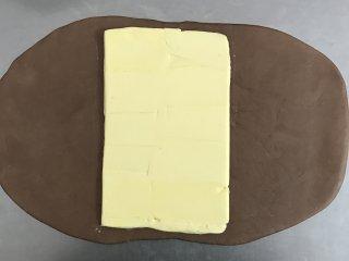 网红脏脏包,将冷冻好的面团拿出,包入黄油。