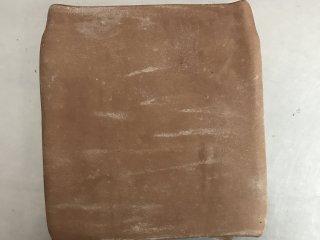 网红脏脏包,从两边向中间折叠,再对折在一起。这个为第一次三折。