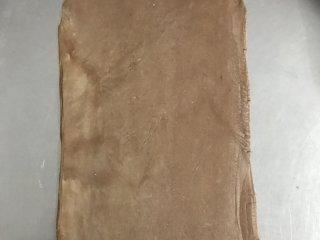 网红脏脏包,将冷藏好的面团擀成大概是40*24的长方形。