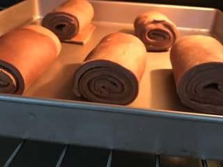 网红脏脏包,放到烤箱中进行发酵1个小时,温度控制在25度左右,不然可能会漏油。