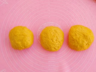 南瓜吐司,将面团分成3份大小均等的面团