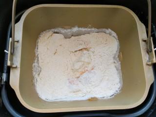 南瓜吐司,接着放入高筋面粉、奶粉、白糖、盐、酵母,启动面包机搅拌