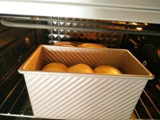 南瓜吐司,发酵好后取出,烤箱150°提前预热,预热后放入烤箱中层烤40分钟